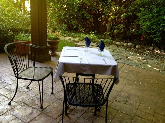 Castle Creek Inn: Romantic breakfast on a private patio
