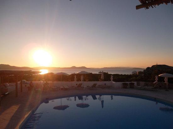Grand Relais Dei Nuraghi: Tramonto dalla piscina