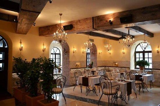 Donja Lastva, Montenegro: Restaurant inside