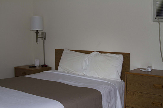 Brookside Motel: Comfortable bed with nightstands