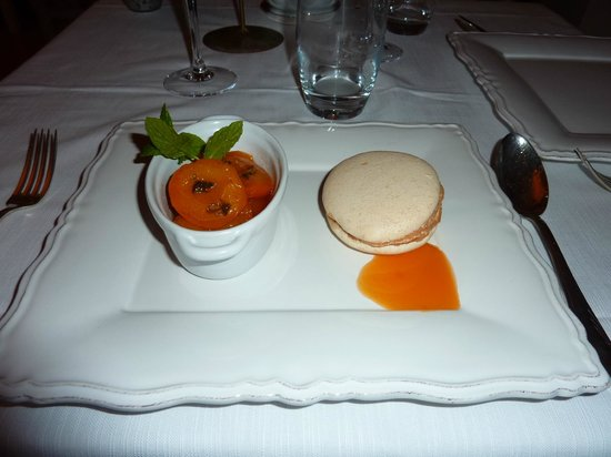 Le Vieux Couvent : Macaron with aprict compote