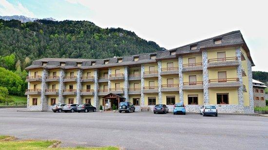Hotel Bielsa: El hotel y su aparcamiento