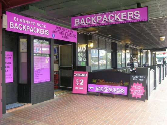 Blarneys Rock Backpackers & Internet Cafe: Street Front