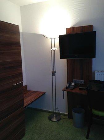 ante porta - Das Stadthotel : Schrank und TV