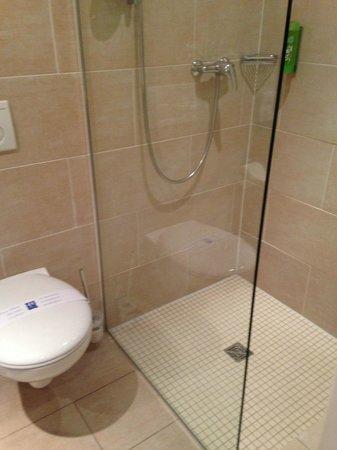 ante porta - Das Stadthotel : WC und Dusche