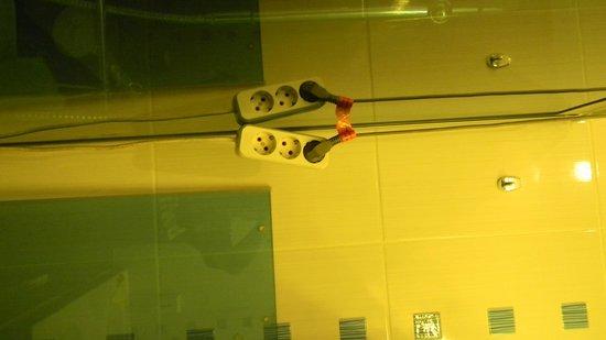 Hostel Seasons: cable en el baño