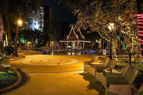 Mercure Pattaya Hotel: Entrance Way to Swimming Pool