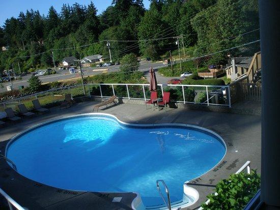 Whiskey Point Resort: プールは浅い部分と深い部分あり