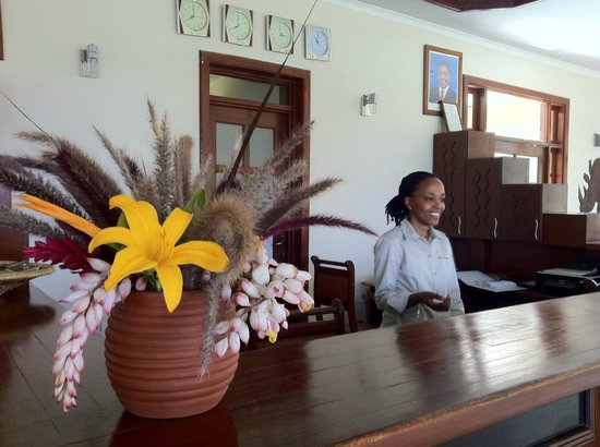 Planet Lodge: Front desk with Joyce helping clients