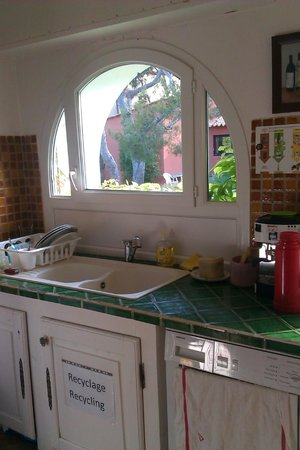 Cassis Hostel: kitchen