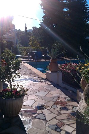 Cassis Hostel: terrace & pool