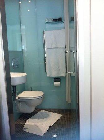 Ambassadors Bloomsbury: bathroom of superior twin