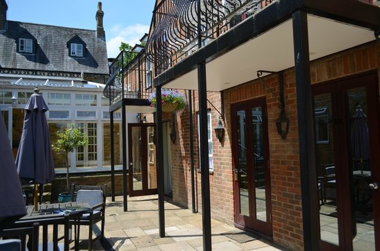 Cotswold Lodge Hotel : Courtyard - downstairs rooms open directly onto the pretty courtyard; upstairs rooms have balcon