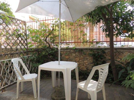 Hotel Villa Elle: Giardino camere piano terra