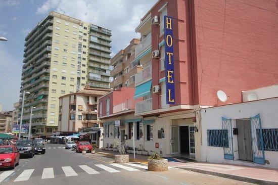 Hotel Marina: Вид с дороги