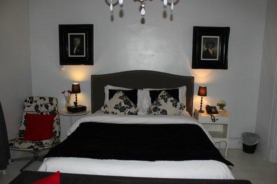 Manoir Becancourt: massive bed