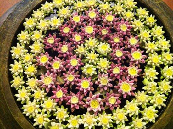 Borei Angkor Resort & Spa: Composizione floreale realizzata dalle ragazze dell'hotel