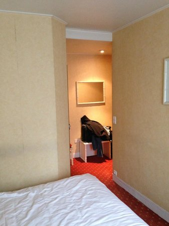 BEST WESTERN Hôtel de Dieppe : Looked from bed area back towards entry hallway