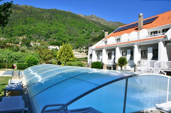 Hotel Berne: Pool and view