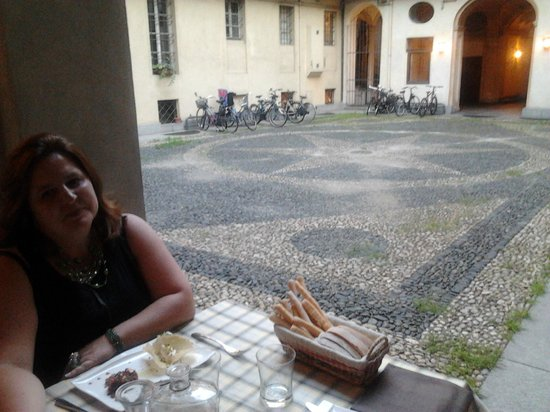 Casa Martin : I tavoli all'aperto nell'antica corte