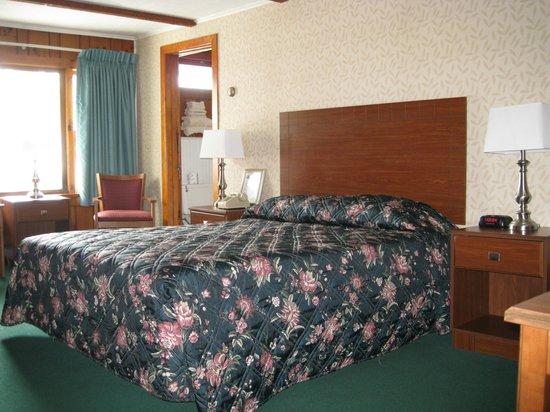 Knotty Pine Motel: Knottypine Motel - Room