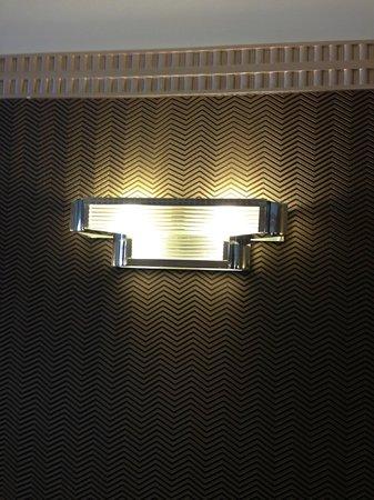 Hotel Opera d'Antin: Art deco light in the reception area