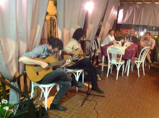 musicians playing in L'Articiocca