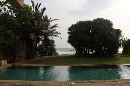Temple Tree Resort & Spa: Hotel pool and view of beach