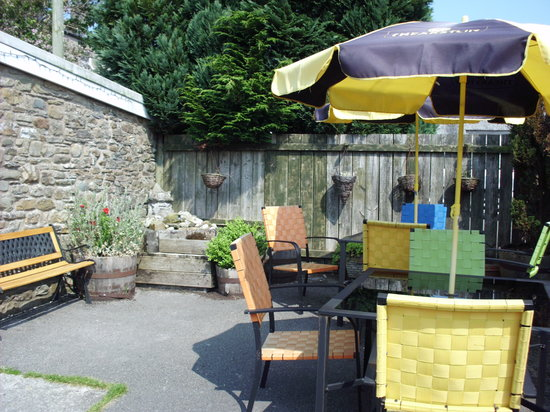 Horse and Farrier Inn: Patio seating at rear