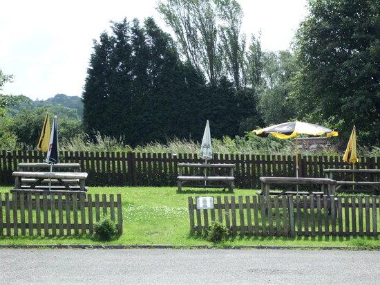 Horse and Farrier Inn: Beer garden seating