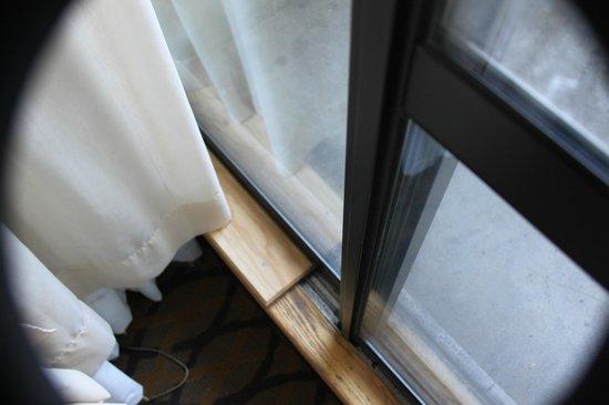 Chelsea Hotel, Toronto: Door to Balcony, The wood prevent teh door from opening