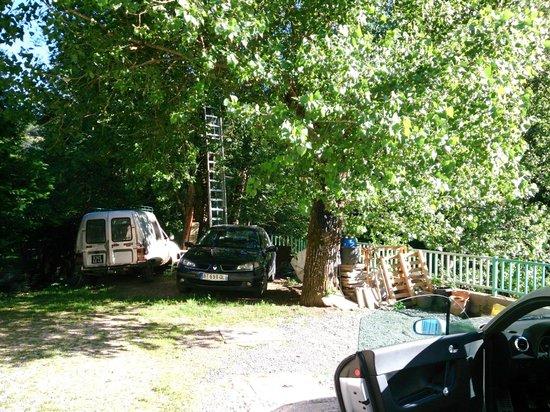 Le Moulin d'Olt : Parking privé ou dépotoir