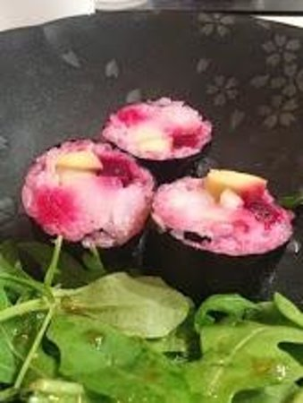 Sous Les Cerisiers : Sushi with beets