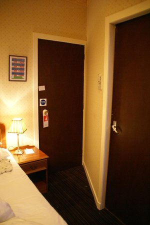 Royal Hotel, Caithness: entrata con apertura a metà