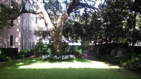 21 East Battery Bed and Breakfast: Courtyard View From Carriage House Entry