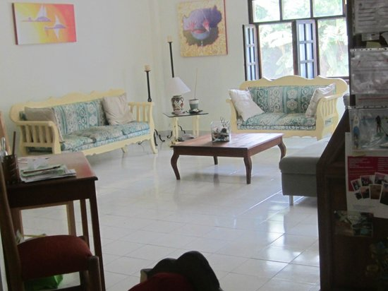 Beachouse Dive Hostel Cozumel: Beautiful spacious living room