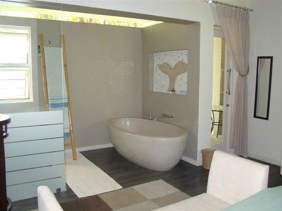 Hermanus Lodge on the Green: Open shower and bath area - Courtyard room