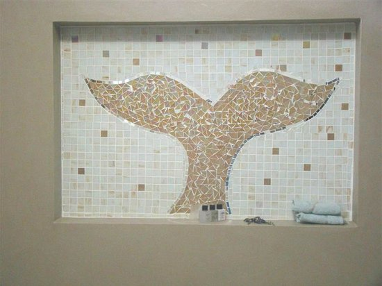 Hermanus Lodge on the Green: Mosaic in Courtyard Room Bath/Shower area