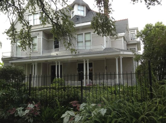 Avenue Inn Bed and Breakfast: Garden district glamour