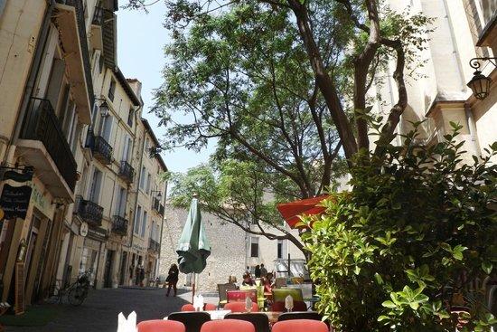 Pizzeria Sainte Anne: Tavoli sotto gli alberi a fianco della chiesa