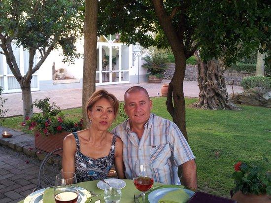 Hotel Oasi Olimpia Relais: restaurant terrasse voyez le tronc de l'olivier en fond