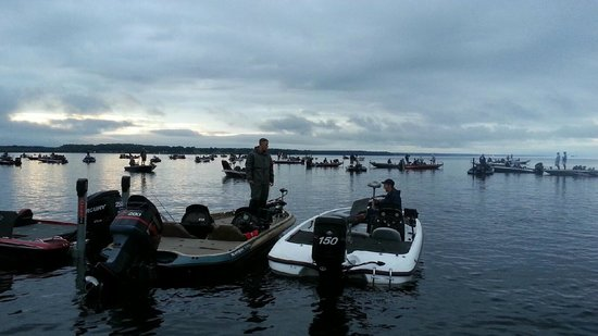 Days Inn Brewerton/Syracuse: Oneida Lake 5AM ~ Boats getting ready for tournament ,