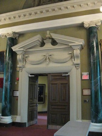 Kingston City Hall : Door and columns
