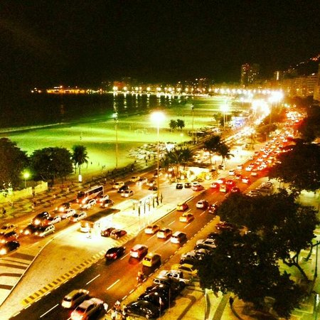 Arena Copacabana Hotel: View from the roof top bar at night
