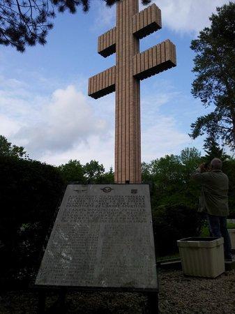 Memorial Charles de Gaulle: Croce di Lorena