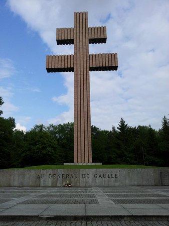 Memorial Charles de Gaulle: Altra vista dell Croce di Lorena - 20 metri
