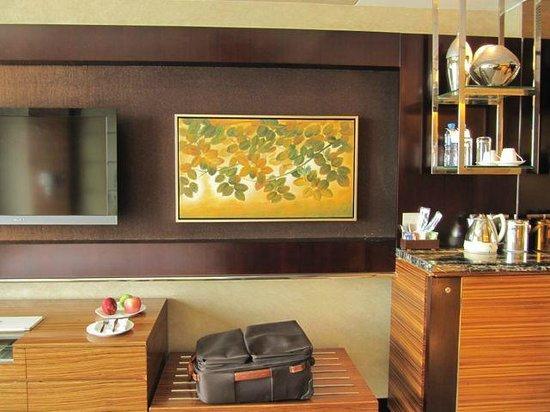 Kempinski Hotel Yinchuan: Mini bar and luggage stand