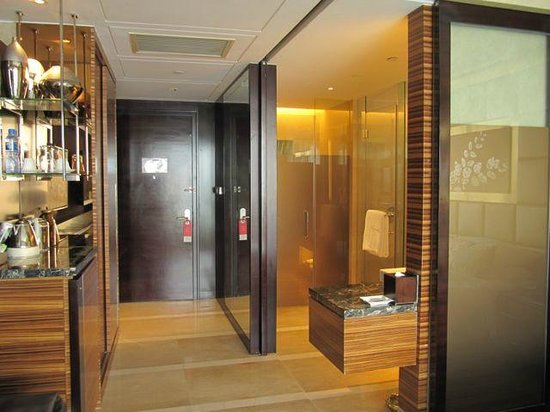 Kempinski Hotel Yinchuan: Bathroom and hallway