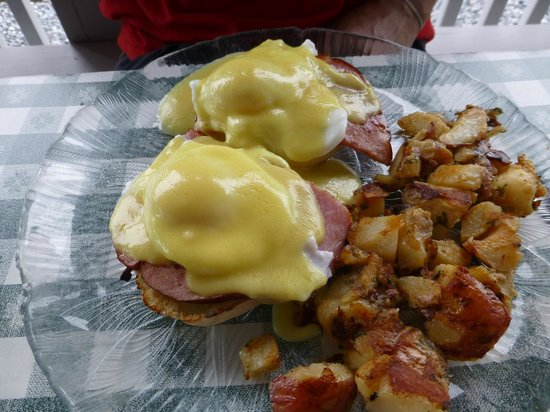 Bayview Grill : Eggs Benedict