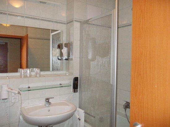 Apartments an der Frauenkirche: bagno con vasca e doccia phon e saponi a parete